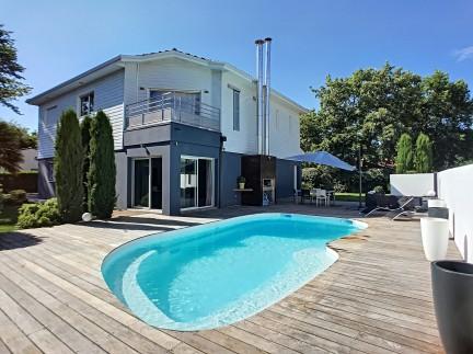 Saint médard en jalles 8 pièces: Superbe maison contemporaine de 8 pièces sur 270 m² dans un quartier calme et recherché